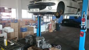 Demontáž motoru, vedle původního motoru leží již připravený motor náhradní.