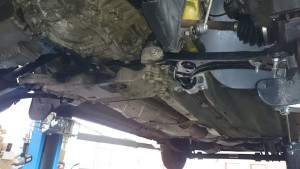 Pohled zespodu vozidla na nové ramena a zbytek komponent.